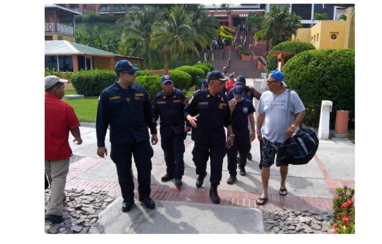Bomberos asisten a lugares afectados por oleajes en Coclé