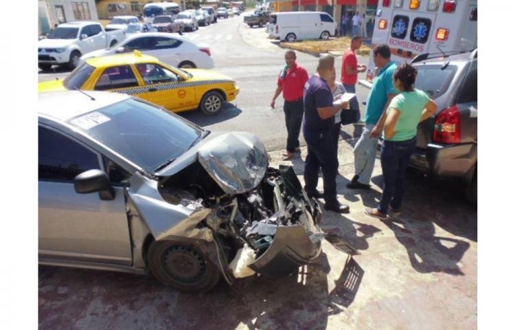 Dos heridos por triple colisión