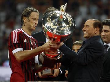 Berlusconi oficializa precontrato con inversores chinos para vender el Milan