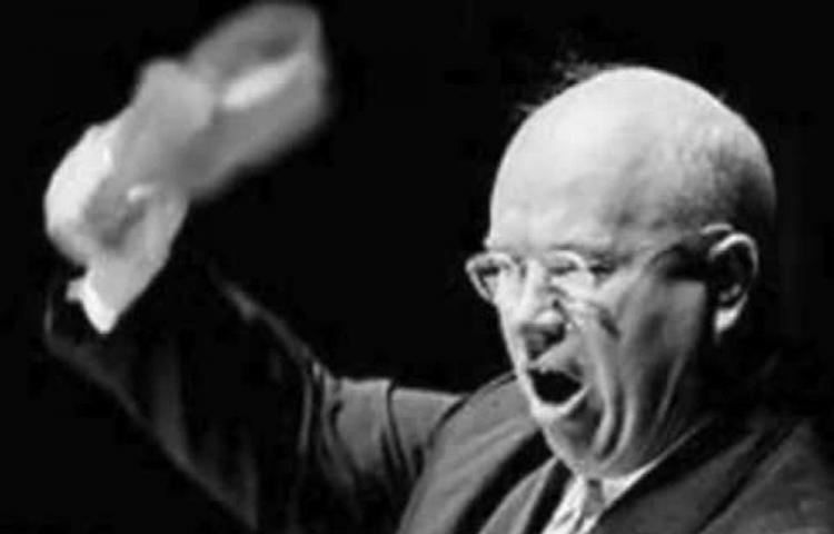 Kruschev amenaza a la ONU con su zapato