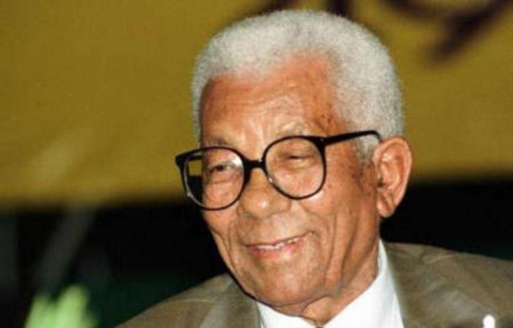 Walter Sisulu recupera su libertad en Sudáfrica