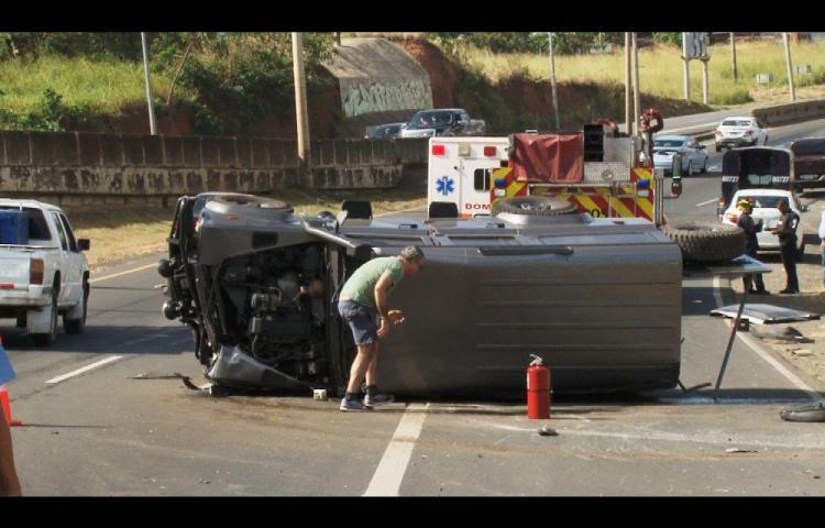 Extranjeros se salvaron de morir en la autopista