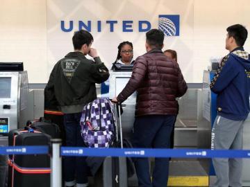 Pasajero expulsado demandará aerolínea