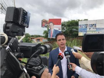 Gerardo Solís retira propaganda política en la vía Tocumen