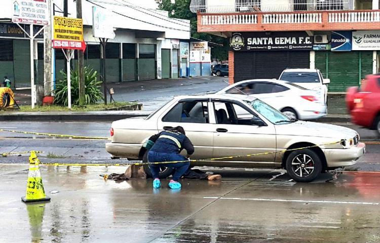 No utilizó el paso peatonal y acabó debajo de un auto