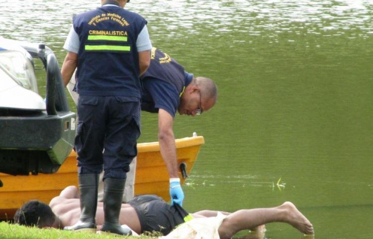 Fue a bañarse al lago con sus amigos y se ahogó