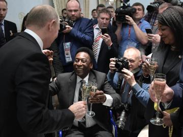 Preocupación por Pelé que llegó al sorteo del Mundial en silla de ruedas