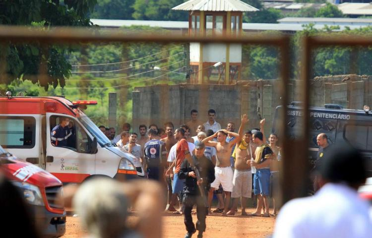 Continúan prófugos 99 presos tras sangriento choque entre bandas en Brasil
