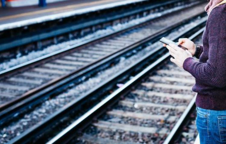 Muere en EE. UU. una niña atropellada por un tren mientras miraba su teléfono