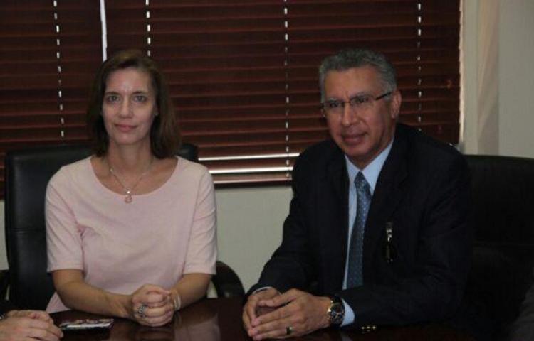 Embajadora encargada de EE.UU. visita al director de la CSS