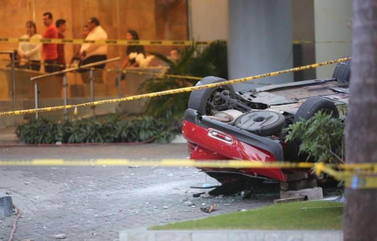 Tres muertos al caer auto del tecer piso en Costa del Este