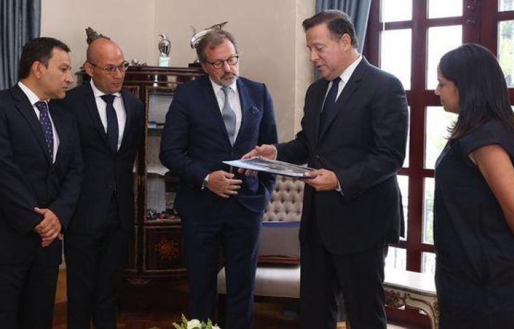 Varela muestra a directivo de Pullmantur obras de nuevo puerto en el Pacífico