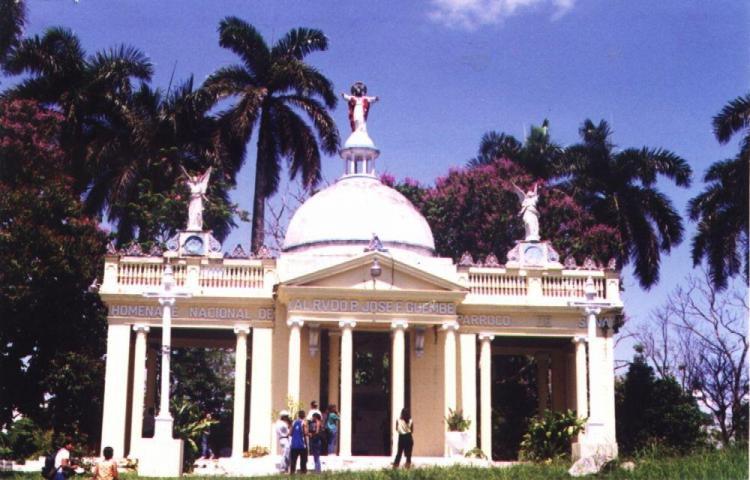 Mausoleo del padre Guembe, en la desidia