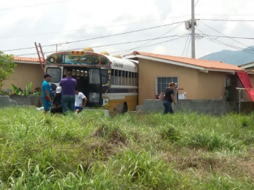 Conductor de bus se estrella contra una casa en la barriada El Tecal de Vacamonte
