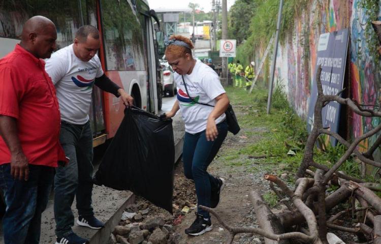 De estafadora a recoge basura