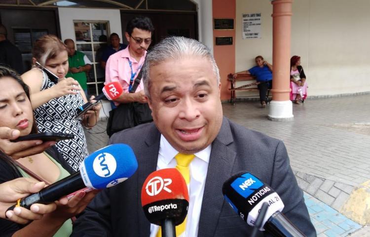 Abogado Roniel Ortíz dice que le llevó a Martinelli medicamentos para la próstata