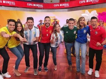 Presentador de Telemundo viste el suéter de 'La Sele'