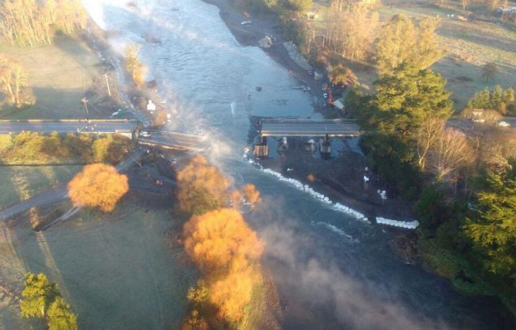 Derrumbe de un puente en el sur de Chile deja un muerto y seis heridos