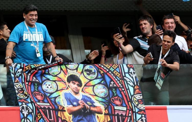 Maradona armó su show en el palco del Argentina - Nigeria