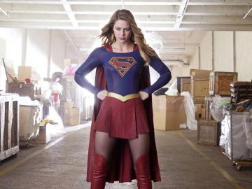 Primera superheroína transgénero de la tv, tiene gemelo idéntico