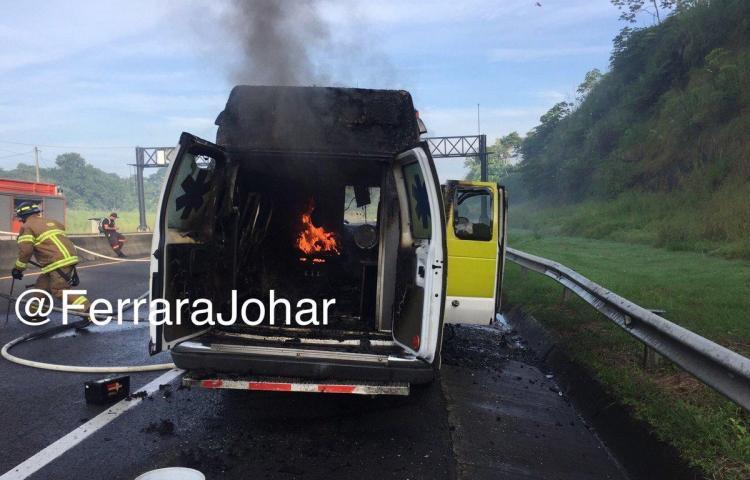 Se incendia ambulancia enautopista Panamá - Colón.