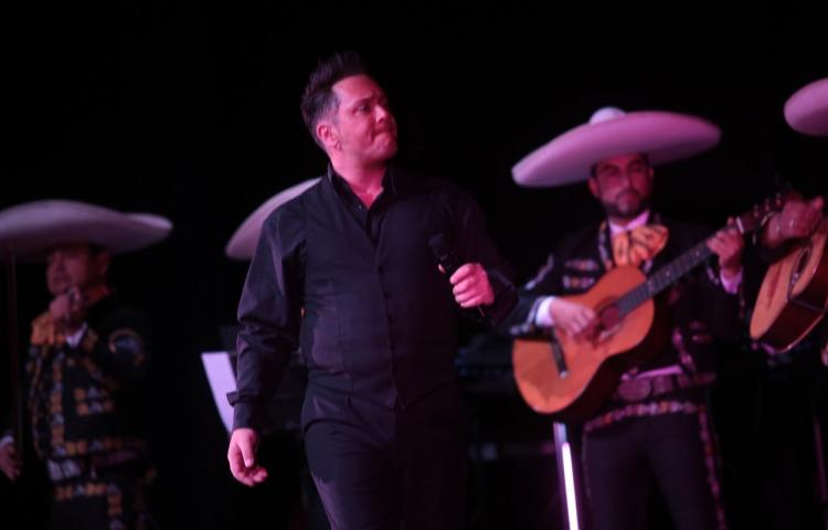 Cantante argentino rindió tributo a 'El Sol de México', en Panamá