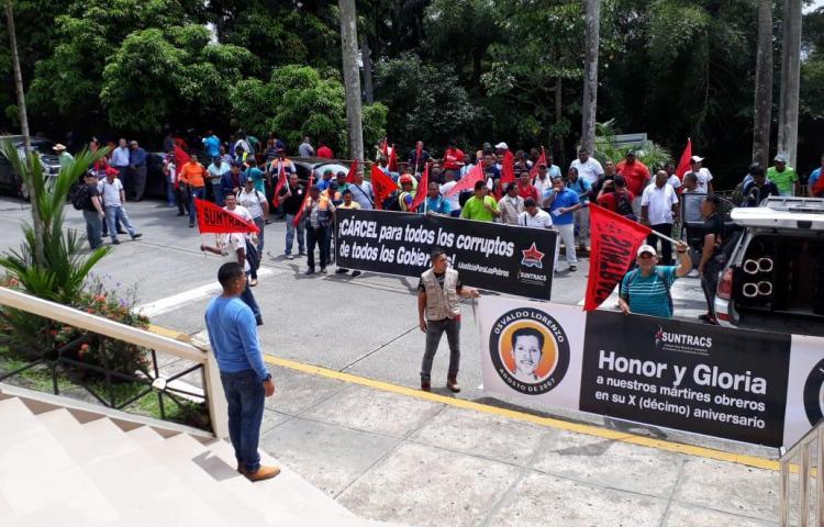 Sociedad civil, SUNTRACS y otras agrupaciones protestan fuera de la CSJ