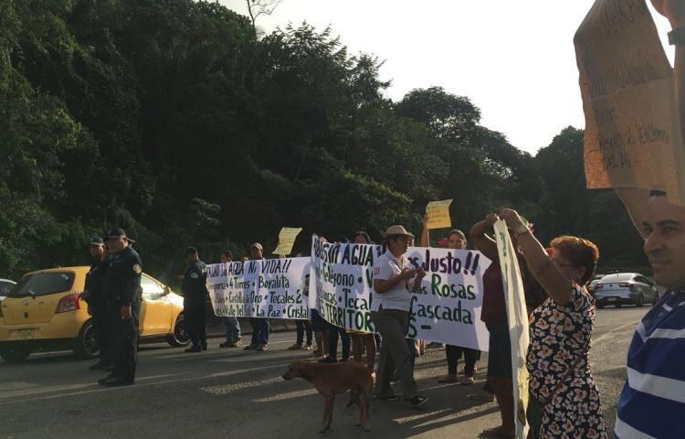 Moradores de Loma Cová protestan por falta de agua