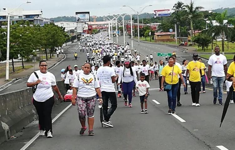 Miles de colonenses caminan para concientizar sobre el cáncer