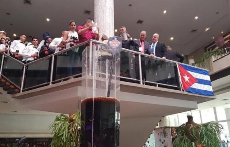 """Cantineros elaboran en Cuba el cóctel """"Cuba Libre"""" más grande del mundo"""