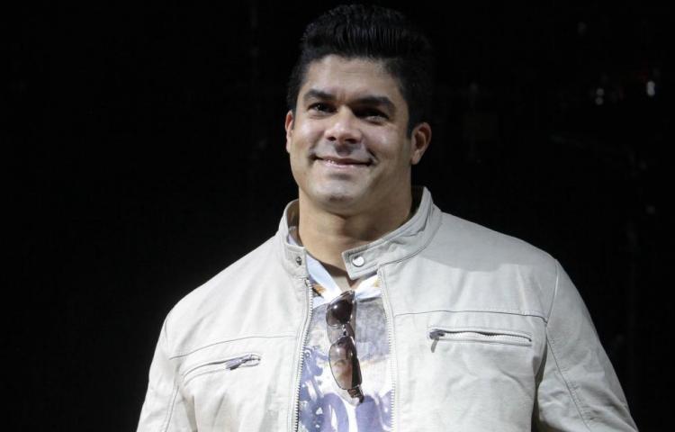 Se cae del escenario Jerry Rivera durante una presentación en Ecuador