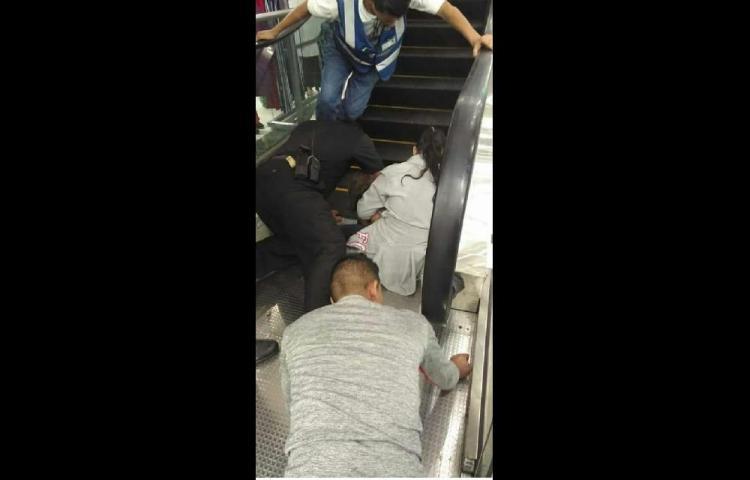 Bomberos liberan amenor de 4 años de escalera eléctrica