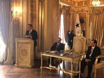 Varela firma acuerdo para la compra de vagones de la Línea 3 del Metro