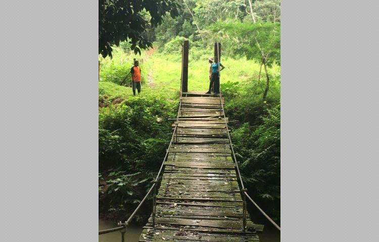 Puente a punto de caer y camino intransitable
