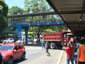 Camión se accidenta cerca del Complejo Hospitalario en la vía Transístmica