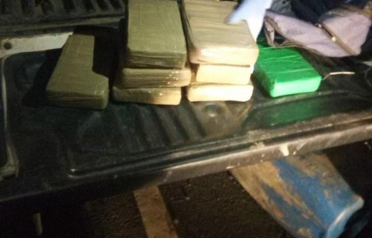 Tres panameños y un colombiano detenidos con 13 paquetes de droga en Panamá