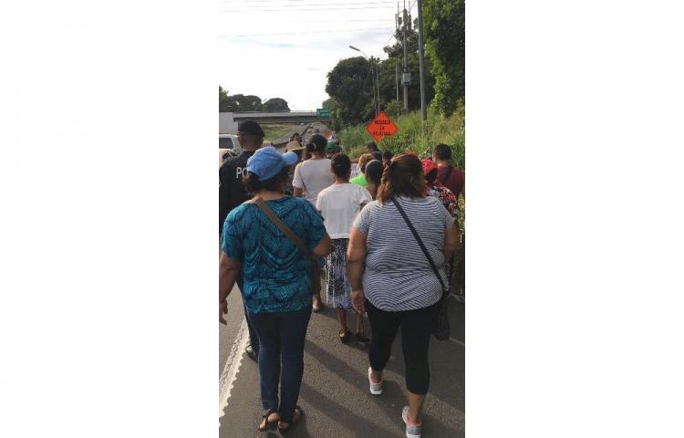 Moradores de Loma Cová marchan hacia la Presidencia en protesta por falta de agua