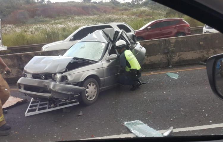 Persona queda atrapada dentro de vehículo, tras colisión en Bique