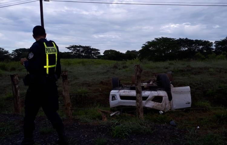 Conductor perdió el control de su vehículo y terminó volcándose