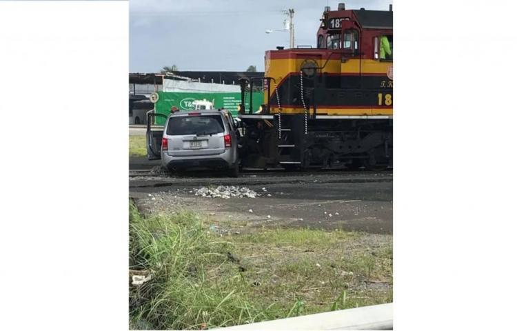 Por una imprudencia, conductor tren choca contra un auto en Colón