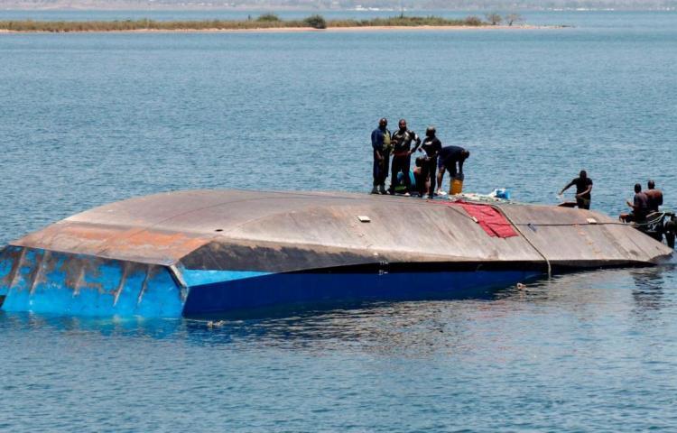 Encuentran a un hombre vivo dos días después del naufragio del ferri tanzano