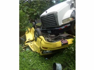 Conductor de camión pierde el control y aplasta a busito colegial en Burunga