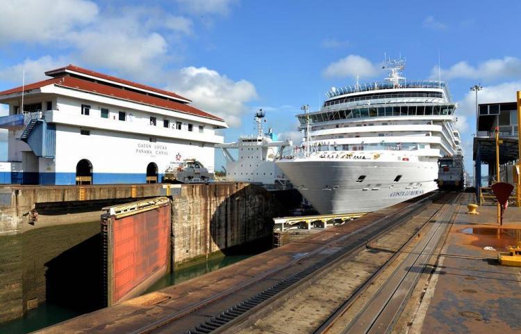Canal Panamá logra récord de 442,1 millones toneladas transitadas por esa vía