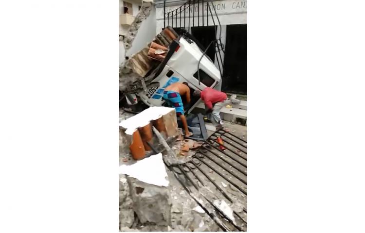 Conductor de camión choca contra estructura de cementerio y queda atrapado