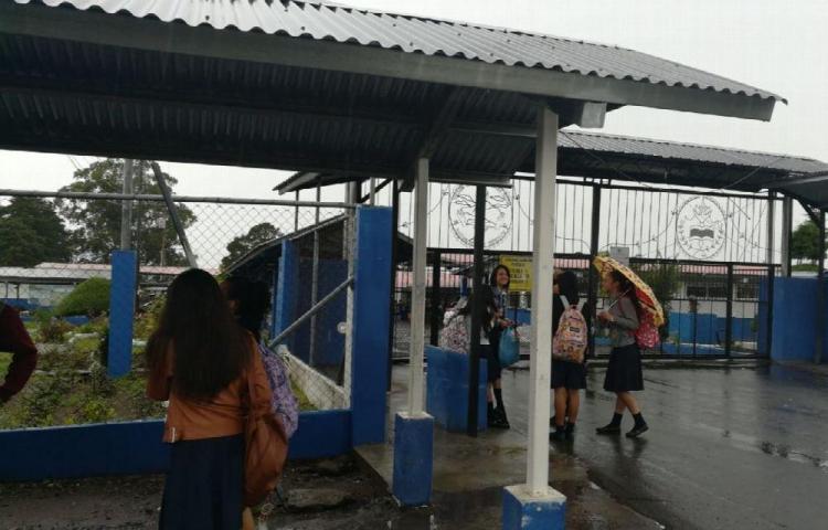 Alumnos le fracturan el brazo a inspector de escuela en Volcán