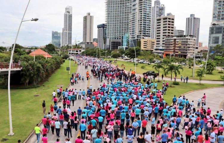 Entidades publicas celebran la lucha contra el cáncer con la Caminata de Luz