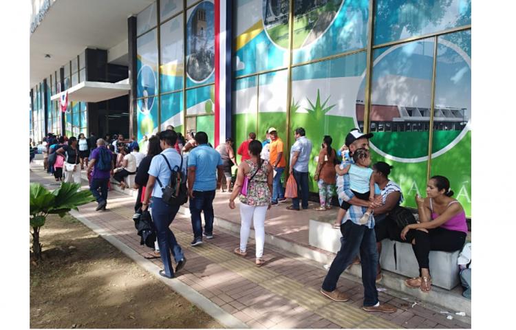 Vendedores hacen largas filas para obtener permisos de venta en los desfiles