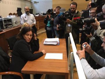 Francia juzga a una mujer que ocultó dos años a una hija en el maletero