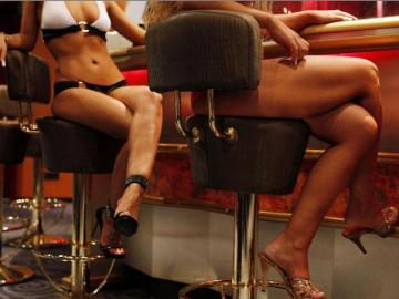 Le prohíben la prostitución