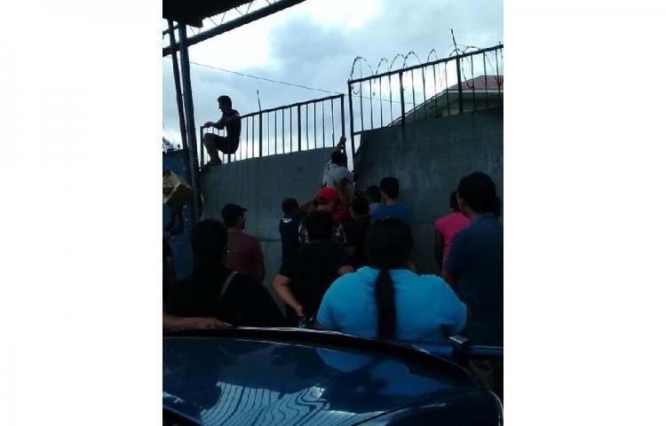 Protestan en las instalaciones delMercado de Abastos, se oponen a traslado